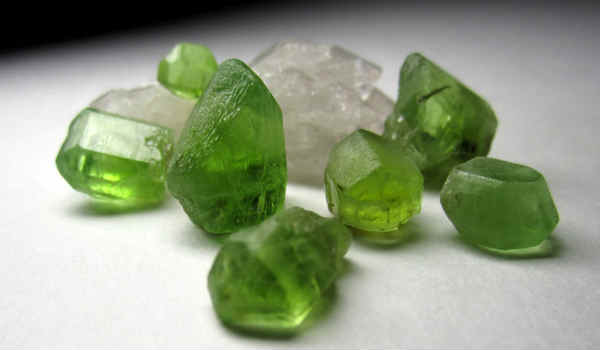 камень топаз-зеленый