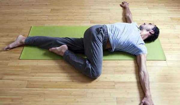 йога при сахарном диабете-лежачий твист