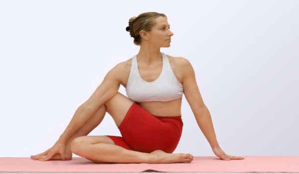 йога при сахарном диабете-сидящий твист