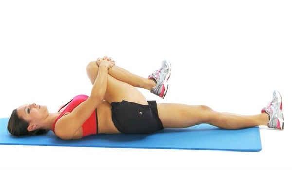 упражнения от боли в спине_одно колено